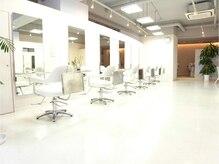 ヘアーアンドメイク アズール 志木南口店(Hair&Make Azur)の雰囲気(広くて開放感ある店内。とってもキレイで、居心地バツグンです☆)