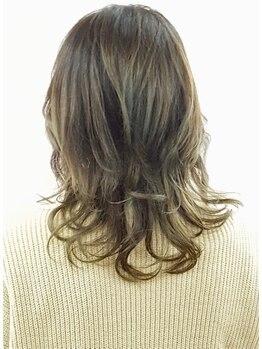モアジャーニー(moreJOURNEY)の写真/髪に優しい薬剤を選定しダメージを最小限に抑えた潤いのあるふんわりカールで毎日のスタイルリングが楽に♪