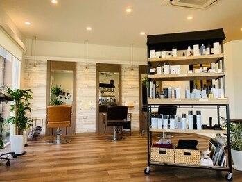 モアジャーニー(moreJOURNEY)の写真/白を基調とした清潔感のある店内と上質な空間のシャンプーブースでゆったりと癒されるサロンタイムを♪