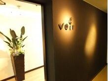 ヘアデザイン ヴォワール(hair&design voir)の雰囲気(店内入り口、黒壁にロゴ、そして間接照明☆)