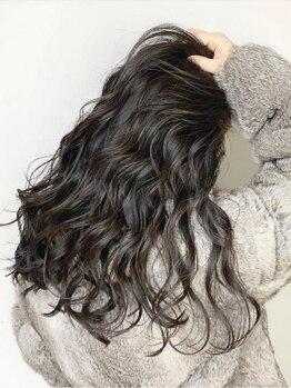 リベルタ(Liberta)の写真/ハイトーンの白髪染めや、計算されたモチの良いカットで大人の女性らしい上品でおしゃれなスタイルに◎