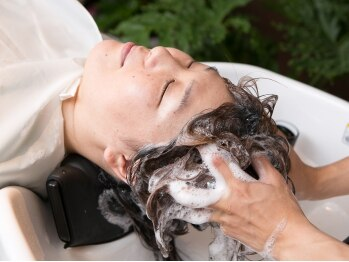 トラヴィス(Hair Resort Travis)の写真/頭皮から綺麗に、健康的な美髪へ。YUMEシャンプー×極上マッサージで、頭皮も心もリラックスできる♪