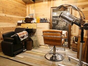 コア ヘア デザイン(Koa hair design)の写真/木の温もりがあたたかいアットホームサロン♪西海岸テイストの落ち着いた店内でまったり施術が受けられる♪