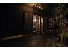 フェールファー(FER/FER)の雰囲気(住吉・吉野川沿いの通りに面しております。黒い建物が当店です。)