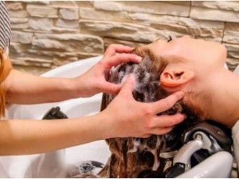 アーティスト 新宿アックス店(artist)の写真/個室の極上ヘッドスパで至福の一時を♪心地いいマッサージに心も癒され、髪のハリ・コシ・ツヤもUP!