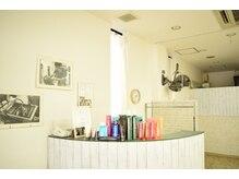 美容室トゥービー(To be...)の雰囲気(店内にはモノクロの写真とコンテストの賞状が飾られています♪)