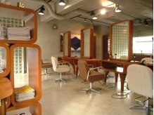 ラフ デザイン オブ ヘアー(rough design of hair)の雰囲気(個性的なインテリアに囲まれた店内。)