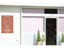 サロンキーズ(Salon Keys)の雰囲気(白い壁面とピンクのブラインドが目印)