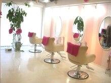 ピンクムーン(PINK MOON)の雰囲気(白とピンクを基調とした店内はお客様からも可愛い!と好評です。)