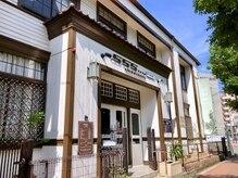 ゴーゴーゴーテートフレーム(555tete frame)の雰囲気(大正時代からある白色の木造建築です。)