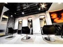 サロンドイグレック(salon de Y)の雰囲気(【1F】スタイリィッシュな空間で大人かわいいスタイルに♪)