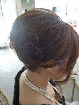 夜会巻きヘアアレンジ結婚式髪型 王道★夜会の細かめスジ盛りスタイル 03-6416-9809