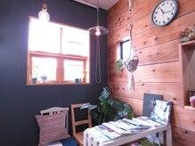 ドアヘアルーム(DOOR hair room)の雰囲気(木のぬくもりと、緑で癒しを。)