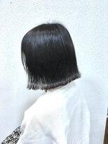 ヘアメイク スコア(Hair Make S CORE)ダークシルバーでクールな外ハネ切りっぱなしボブ