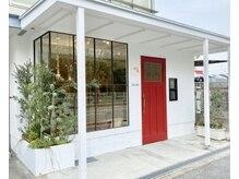 リリア(LILIA.)の雰囲気(赤いドアと緑が目印です。【駐車場7台完備】)