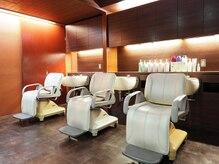 ヘアーメイク ワンズカラー 西明石店(hair make 1's Color)の雰囲気(照明を暗くしたシャンプーブースで癒しの一時を…)