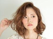 アノアノ('ano 'ano)の雰囲気(前髪をかき上げ、格好いい大人女性を演出。)