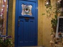 ユナイテッドヘアー(UNITED HAIR)の雰囲気(この青い扉が目印。手作り感のあふれるあったかいサロンです。)