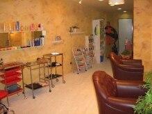 ユナイテッドヘアー(UNITED HAIR)の雰囲気(1F店内。オレンジの壁が印象的な、南仏風空間です。)