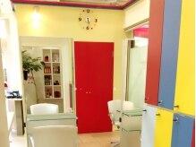 ヘアーカラーカフェ イオン鹿児島鴨池店(HAIR COLOR CAFE)の雰囲気(気持ち高まるハイセンスでカラフルな店内。)
