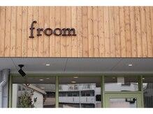 フルーム(froom)の雰囲気(緑×茶色のカラーが優しい印象。木の看板が目印です♪)