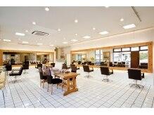ヘアーアンドメイク サワ 上田本店(SAWA)の雰囲気(明るい店内と木目を基調とした鏡、居心地の良い空間[上田])