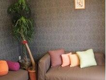 アイディアルヘアー ボニート(idealhair bonito)の雰囲気(ゆったりソファーの待合スペース)