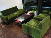 ラグゼ ロハス スローヘア デザイン(Luxe LOHAS THROUGH HAIR DESIGN)の雰囲気(深くゆったりとしたソファー)