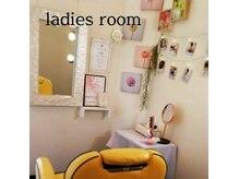 ヘアー ロッコ(hair Rocco)の雰囲気(お顔剃りは女性が担当☆人目が気にならない鍵付きの個室で安心。)