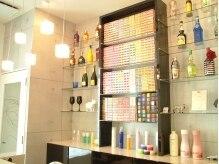 アヴァンティ ヘアーアンドスパ(avanti hair&spa)の雰囲気(カラー剤がたくさんつまった棚。ディスプレイもお洒落!)