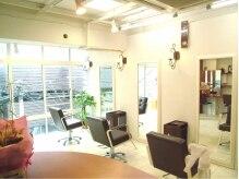 ヘアスタジオレスト(Hair Studio rest)の雰囲気(光がゆったり差し込みます。3Fなので、外は気になりません。)