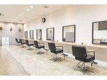 カシータヘアー(Casita hair)の雰囲気(広い店内は静かで落ち着いた雰囲気。席間が広いのも好評です。)