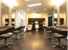 ヘアー メイク ラジック 砥堀店(Hair Make RASIC)の雰囲気(白とブラウンを基調にした、清潔感ある店内)