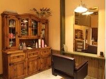 ヘアータンジェリン(hair tangerine)の雰囲気(ウッディな家具で揃えられた店内は暖かな雰囲気。)