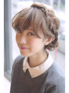 裏編み込みヘアアレンジ(結婚式・パーティーの髪型) ふわくしゅ甘めバングの編み込みアレンジ