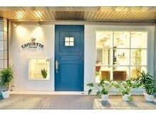 シュエット(CHOUETTE)の雰囲気(ブルーのドアが目印♪駐車場は真横の4台です☆)
