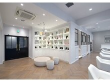 エルサロン 大阪店(ELLE salon)の雰囲気(店内入ってすぐにELLEの創刊が楽しんで頂ける待合スペース。)