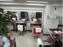 アナザーヘブンの雰囲気(赤と黒の椅子で飾られたシンプルな店内。そして動くテーブル!)