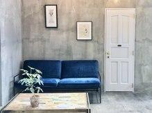 ローリー(Rowlly)の雰囲気(オシャレなインテリアと家具の待ち合い席。)