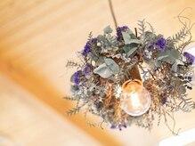 オージャス(Ojas)の雰囲気(店内にあるたくさんのお花が印象的なオシャレなサロン◎)