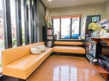 美容室 サクモト(SAKUMOTO)の雰囲気(広い待ち合いにはテレビもあり、ゆったりと過ごせます!!)