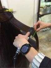 アイロンで髪を伸ばしていきます。
