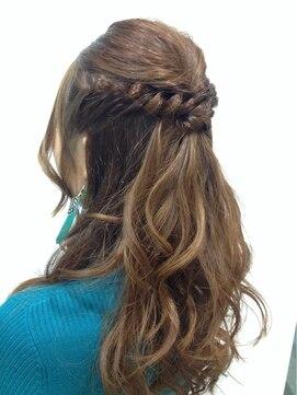 結婚式の髪型(ヘアアレンジ) ネジツイスト・ハーフアップ