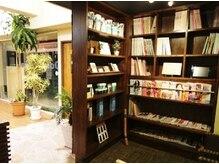 オーラピカ 姪浜店(Oola Pikka)の雰囲気(ゆったりとした待合ソファーでは本棚から自由に読書できます♪)