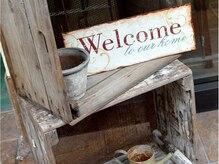 アイエヌジー(i.n.g)の雰囲気(入り口には古材の木箱にゲージ。ナチュラル感がいっぱい☆)