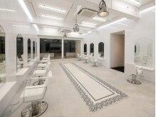 スノッブサンク(Snob ciNQ)の雰囲気(フロア一面、白を基調とした清潔感ある内装です。)