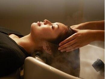 トイロ(toiro)の写真/寝心地の良いフルフラットのシャンプー台で受ける贅沢なヘアエステやスパはいかがですか?
