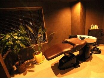 ヘアールーム モテナ(hair room motena)の写真/個室で行うスパが大人気!疲れた頭皮と髪に癒しを与え、リフトアップ効果もあるヘッドスパはいかがですか?
