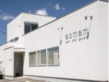 ソマム(somam)の雰囲気(白基調の建物はオシャレでモダンな雰囲気。2Fはギャラリーです。)