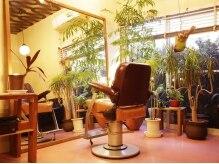 カヤ ヘアワークス(KAYA HAIR WORKS)の雰囲気(外の光が入るセット面はオシャレなアンティークの椅子が1席)